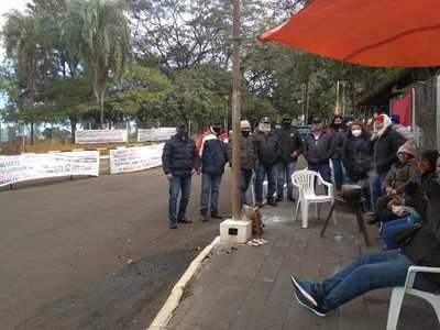Trabajadores de empresa contratista de Itaipu siguen movilizados ante falta de respuestas