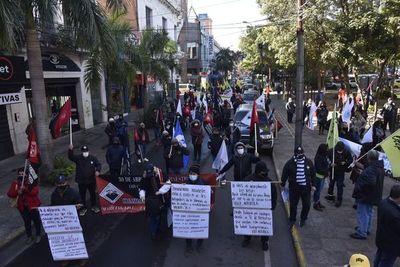"""Docentes protestan en repudio a nuevo recorte presupuestario al son de """"más inversión en educación"""""""
