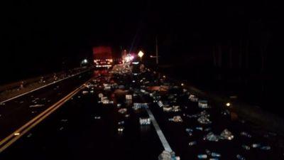 Ruta se llenó de latitas tras accidente de repartidor de cerveza