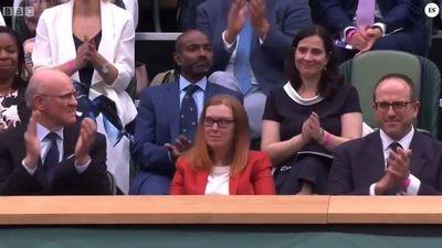 En Wimbledon ovacionan a creadora de vacuna AstraZeneca