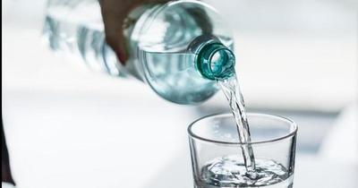 Pese al frío, es importante el consumo de agua, recomienda Salud