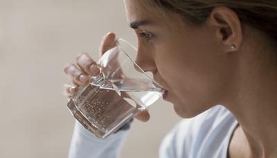 Consumo de agua en el frío: ¿Debo hidratarme igual y qué pasa si no lo hago en gran cantidad?