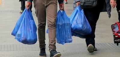 """Inicia sustitución de bolsas de plástico en supermercados y comercios. Las """"reutilizables"""" costarán G 200 cada una"""
