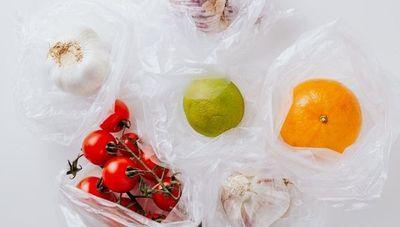 Bolsas plásticas de alto contenido reciclado ahorrarían 50% de costo (y todavía existen más alternativas ecológicas)