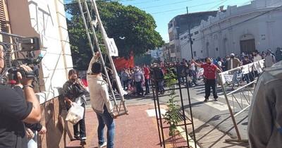 La Nación / Invasor de propiedad privada lidera protesta contra titular del MUVH