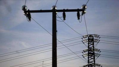 Quiso llevar cables de una columna de alta tensión y murió electrocutado