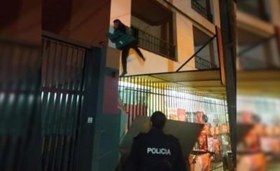 """""""Hombre araña"""" trepó edificio para hurtar y fue capturado"""