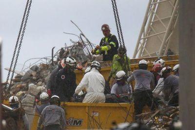 Biden visita zona de tragedia en Miami, donde sigue rescate