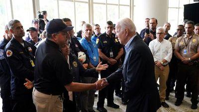 En Florida, Biden consuela a las familias y destaca la unidad nacional