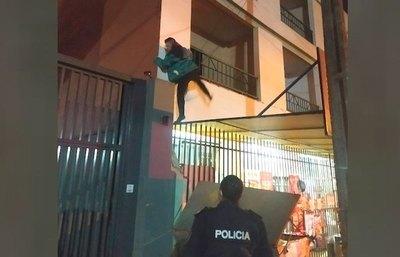 Crónica / Malevo, pillado trepando un edificio para robar