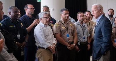 """La Nación / Biden brindó ayer """"consuelo"""" a los familiares de víctimas de derrumbe"""