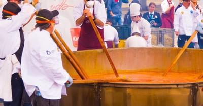 Joven chef murió tras caer en una olla gigante de sopa de pollo que estaba cocinando para una boda