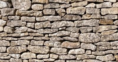 ¡Insólito! Una mujer tiene que escalar un muro de 4 metros para entrar y salir de su casa
