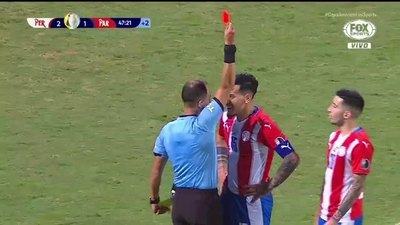 Un descontrolado Gustavo Gómez le encaró, esperó y desafió al árbitro