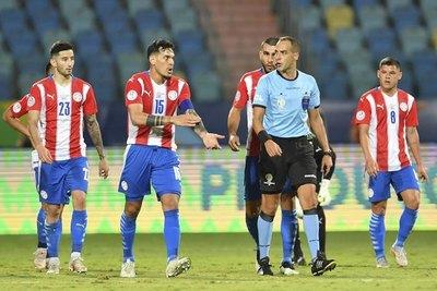 El argumento del VAR para convalidar el gol que inició con una mano peruana