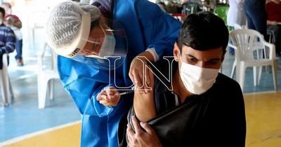 La Nación / Médicos otorgan certificados a personas con enfermedades de base en vacunatorios