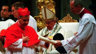 Vaticano juzgará a cardenal por malversación de fondos
