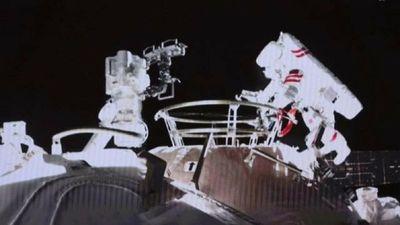 Astronautas chinos realizan la segunda caminata espacial del país