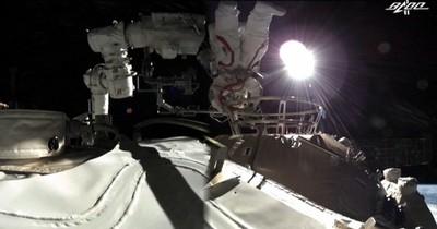 La Nación / Primera caminata espacial de astronautas de estación china