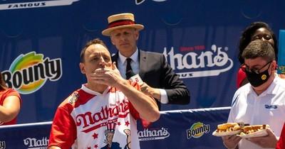 La Nación / Joey Chestnut marca récord en concurso de salchichas en EEUU
