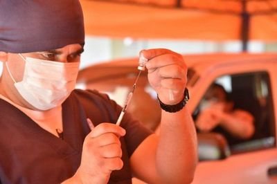 """165 políticos y 46 funcionarios se inmunizaron como """"encamados"""""""