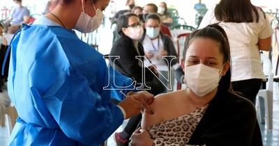 La Nación / COVID-19: médicos que expiden certificados agilizan vacunación en Fernando de la Mora
