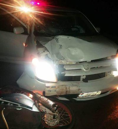 Choque entre auto y moto deja dos heridos de gravedad