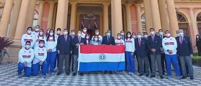 Atletas olímpicos reciben la bandera nacional