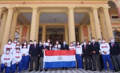 Atletas olímpicos reciben la bandera paraguaya de parte del Presidente