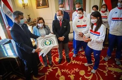 Mario Abdo entrega bandera paraguaya a delegación olímpica