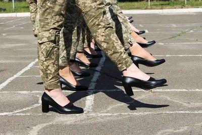 Ucrania: Reciben fuertes críticas por poner a mujeres soldados a marchar en tacos durante ensayos de un desfile