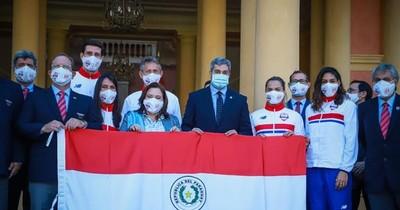 La Nación / Marito entregó bandera paraguaya que flameará en Juegos Olímpicos de Tokio