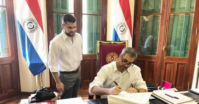 La Nación / Abdo promulga ley que autoriza a la Contraloría auditar las binacionales