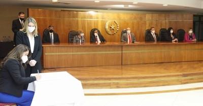 La Nación / Esposa de ministro de la Corte juró como jueza de la capital