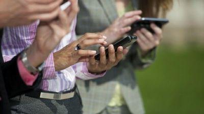 Hombres usan más internet para descargar juegos y películas y mujeres para buscar información