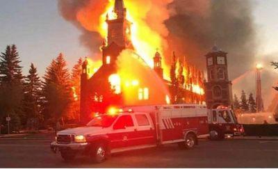 Incendian iglesias católicas en Canadá tras encontrar cadáveres de niños