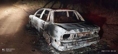 Hallan incinerado automóvil presuntamente utilizado en intento de asalto