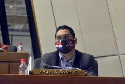 Diputado censurado estudia proyecto de ley para multar a redes sociales