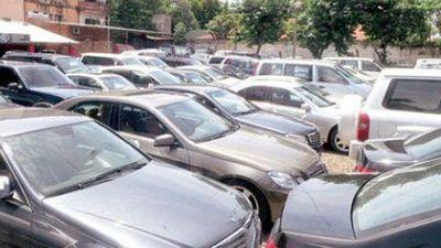Cae mujer con varias órdenes de captura por estafa en venta de autos