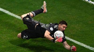 Copa América: el arquero Emiliano Martínez ataja 3 penales para que Argentina derrote a Colombia y juegue la final contra Brasil