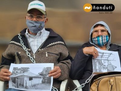 Abuelitos se encadenan frente a Hacienda exigiendo reposición de pensión