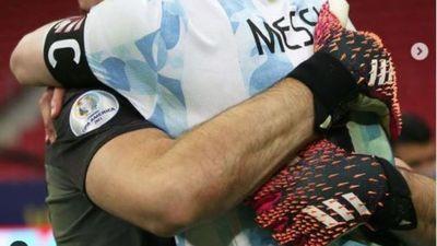 """Messi feliz con Martínez: """"tenemos al 'Dibu' que es un fenómeno"""""""