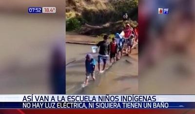 Niños de comunidad indígena atraviesan arroyo para llegar a la escuela