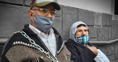 La Nación / Hacienda deja sin pensión a abuelitos y estos se encadenan frente al ministerio