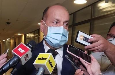 No sabe de dónde se puede conseguir USD 130 millones planteado por ministro Giuzzio, dice senador
