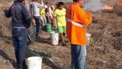 Con baldes de agua, ayoreos frenaron incendio en el Chaco