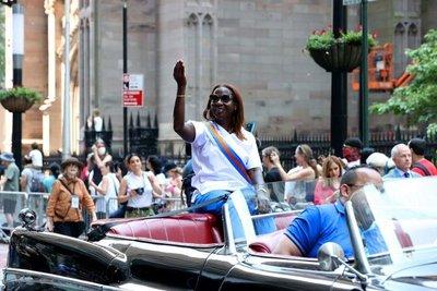 ¡Con un desfile! Nueva York celebra el fin de las restricciones (FOTOS)