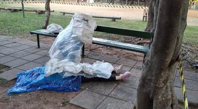 Encuentran dos cadáveres sin rastros de violencia en plaza de Villa Morra