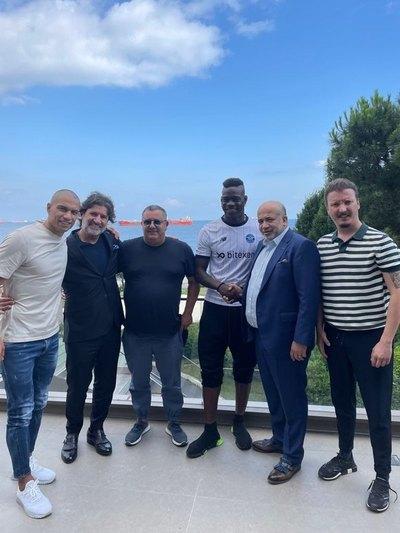 Mario Balotelli ficha por un inesperado club del fútbol europeo