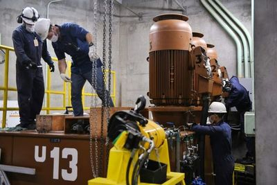 Técnicos inspeccionan sistema regulador de velocidad de la Unidad 13 de Itaipú